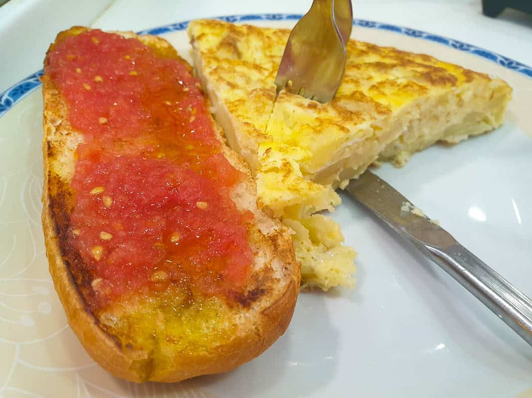 eating tostada con tomate in Madrid