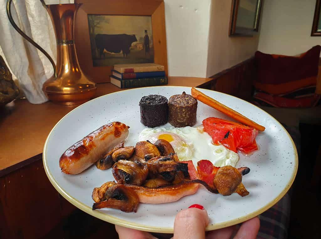 full scottish breakfast with haggis